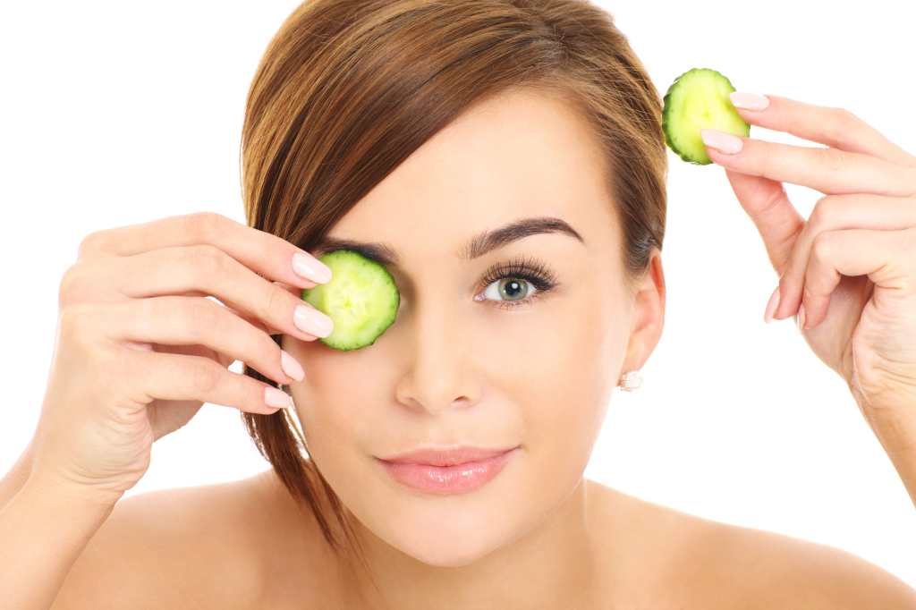 fix puffy eyes with cucumber slices